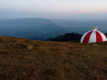 Bunte Berghütte auf einer Kante Lizenzfreies Stockfoto