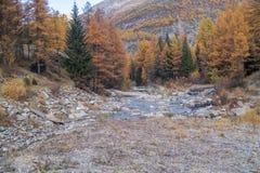 Bunte Berglandschaften, Fallfarben, Berge, Himmel und Wasser lizenzfreies stockfoto