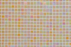 Bunte Beschaffenheit der kleinen quadratischen Fliese auf der Wand für grafisches backg Stockfotos