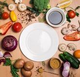 Bunte Bestandteile für das Kochen auf rustikalem Holztisch um e Lizenzfreie Stockfotos