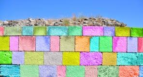 Bunte Betonmauer Stockfotos