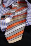 bunte Bindungen und Smokinghemd für Männer Stockfotos