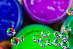 Bunte Blase über grüner Plastisoltinte kann herein Stockbilder