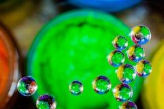 Bunte Blase über grüner Plastisoltinte kann herein Lizenzfreies Stockfoto