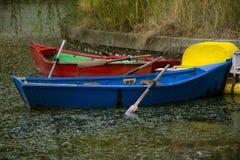 Bunte blaue und rote Boote lizenzfreies stockbild