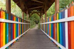 Bunte Bleistiftbrücke Stockfotos