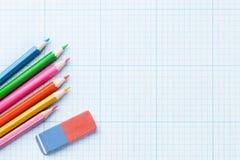 Bunte Bleistifte über Papier Lizenzfreie Stockbilder