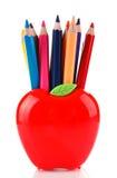 Bunte Bleistifte in Apfel geformtem Stand Lizenzfreie Stockbilder