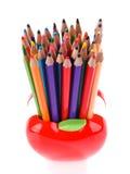 Bunte Bleistifte in Apfel geformtem Stand Stockbilder