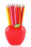 Bunte Bleistifte in Apfel geformtem Stand Stockfotos