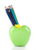 Bunte Bleistifte in Apfel geformtem Stand Lizenzfreie Stockfotografie