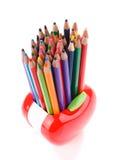 Bunte Bleistifte in Apfel geformtem Stand Stockfotografie
