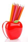 Bunte Bleistifte in Apfel geformtem Stand Lizenzfreies Stockfoto