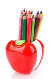 Bunte Bleistifte in Apfel geformtem Stand Lizenzfreies Stockbild