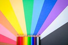Bunte Bleistifte auf buntem Papierhintergrund Lizenzfreies Stockfoto