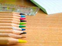 Bunte Bleistifte auf einem Schreibtisch Lizenzfreie Stockbilder
