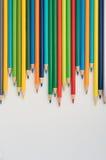 Bunte Bleistifte auf einem weißen Hintergrund Lizenzfreies Stockfoto
