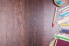 Bunte Bleistifte auf hölzerner Tabelle Stockfotos