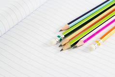 Bunte Bleistifte auf Notizbuch Lizenzfreie Stockbilder