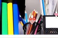 Bunte Bleistifte auf Regal Stockbild