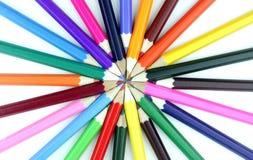 Bunte Bleistifte auf weißem Hintergrund. Stockfotos