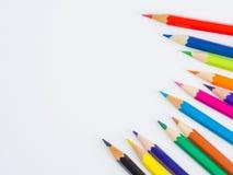 Bunte Bleistifte der Nahaufnahme auf weißem Hintergrund Stockbild