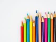 Bunte Bleistifte der Nahaufnahme auf weißem Hintergrund Lizenzfreie Stockfotos