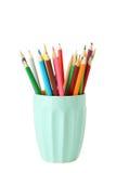 Bunte Bleistifte in der Schale lokalisiert auf einem Weiß Stockfoto