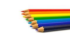 Bunte Bleistifte des Regenbogens auf Weiß stockbild