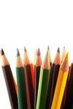 Bunte Bleistifte in einem Bleistiftkasten auf einem weißen Hintergrund Stockbild