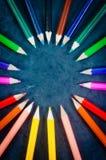 Bunte Bleistifte in einem Kreis Stockfoto