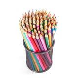 Bunte Bleistifte in einem schwarzen Korb Stockbild