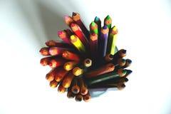 Bunte Bleistifte in einer Glasschale lizenzfreies stockbild