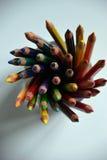 Bunte Bleistifte in einer Glasschale stockbild