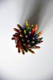 Bunte Bleistifte in einer Glasschale stockfotos