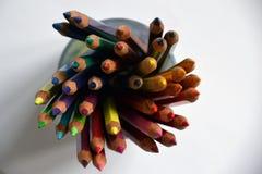 Bunte Bleistifte in einer Glasschale stockfoto