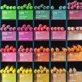 Bunte Bleistifte für Verkauf am Shop Lizenzfreie Stockfotos