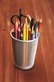 Bunte Bleistifte im Halter auf Holztisch Lizenzfreies Stockfoto