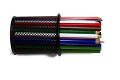 Bunte Bleistifte im Metallkasten auf weißem Hintergrund isola Stockfotografie