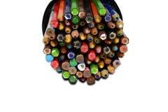 Bunte Bleistifte im Metallkasten auf weißem Hintergrund isola Stockbilder