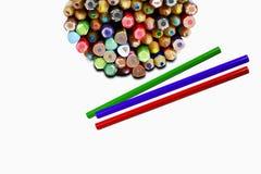 Bunte Bleistifte im Metallkasten mit drei Bleistiften auf whi Stockfotos