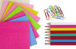 Bunte Bleistifte, Klipp und Anmerkungspapiere getrennt Lizenzfreies Stockbild