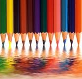 Bunte Bleistifte mit abstrakter Reflexion kreativ Stockfotografie