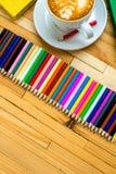 Bunte Bleistifte mit Büchern und Kaffee Stockbilder