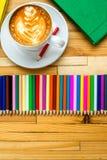 Bunte Bleistifte mit Büchern und Kaffee Lizenzfreies Stockfoto