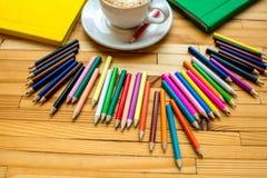 Bunte Bleistifte mit Büchern und Kaffee Lizenzfreie Stockfotografie