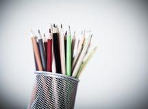 Bunte Bleistifte mit Bleistiftkasten Stockfotos