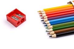 Bunte Bleistifte mit Bleistiftspitzer Stockfotografie