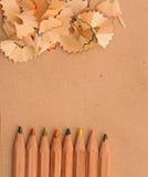 Bunte Bleistifte mit dem hölzernem Rasieren Stockfotos