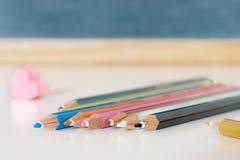 Bunte Bleistifte mit einem rosa Herzgummi in der Schule Lizenzfreie Stockbilder